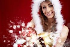 Mujer de P con el regalo de Navidad Fotos de archivo libres de regalías