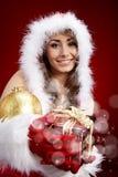 Mujer de P con el regalo de Navidad Imagenes de archivo