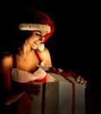 Mujer de Papá Noel que abre la Navidad mágica Imagen de archivo