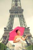 Mujer de París de la torre Eiffel Imagenes de archivo