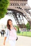 Mujer de París por la torre Eiffel Imagen de archivo libre de regalías