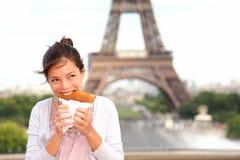 Mujer de París por la torre Eiffel Fotos de archivo libres de regalías
