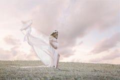 Mujer de PAregnant en un campo Foto de archivo libre de regalías