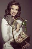 Mujer de Pascua con el conejo precioso imágenes de archivo libres de regalías
