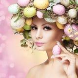 Mujer de Pascua. Muchacha de la primavera con el peinado de la moda. Retrato Fotografía de archivo