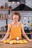 Mujer de pelo largo apenada cubierta en los puntos rojos que miran en la comida peligrosa foto de archivo libre de regalías