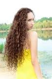 Mujer de pelo largo joven en la playa Fotos de archivo libres de regalías