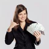 Mujer de pelo largo joven que sostiene el dinero Foto de archivo libre de regalías