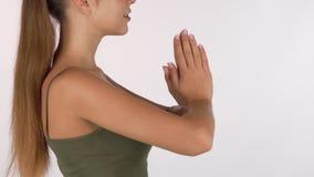 Mujer de pelo largo que pone sus manos en la posición de la meditación metrajes