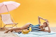Mujer de pelo largo que tiene resto y que disfruta de vacaciones de verano al aire libre Fotos de archivo libres de regalías