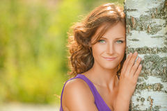 Mujer de pelo oscuro linda cerca del árbol de abedul Fotos de archivo libres de regalías