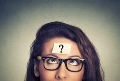 Mujer de pensamiento con el signo de interrogación Imágenes de archivo libres de regalías
