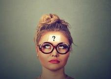 Mujer de pensamiento con el signo de interrogación Fotografía de archivo libre de regalías