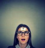 Mujer de pensamiento con el signo de interrogación Imagenes de archivo