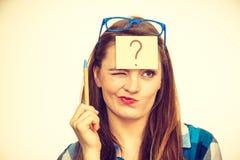 Mujer de pensamiento con las lentes grandes y la bombilla Foto de archivo libre de regalías