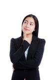 Mujer de pensamiento con su pulgar en su barbilla Aislado en blanco imagenes de archivo