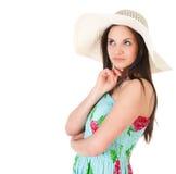 Mujer de pensamiento en vestido del verano con el sombrero Imagen de archivo libre de regalías
