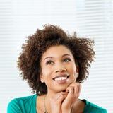 Mujer de pensamiento feliz Foto de archivo libre de regalías