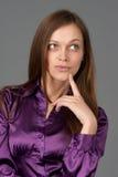 Mujer de pensamiento que mira para arriba Imagenes de archivo
