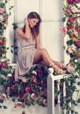 Mujer de pensamiento romántica hermosa con el pelo largo que se sienta en Fotografía de archivo libre de regalías