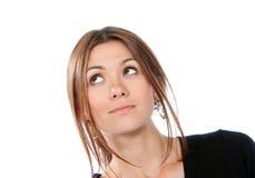 Mujer de pensamiento sonriente que mira para arriba lejos Fotografía de archivo libre de regalías