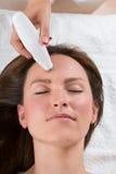 Mujer de Person Giving Microdermabrasion Therapy To Imágenes de archivo libres de regalías