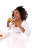 Mujer de piel morena con un pedazo de pizza Imágenes de archivo libres de regalías