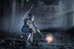 Mujer de plata del Cyborg que se sienta en una rodilla y sonrisa imagen de archivo libre de regalías