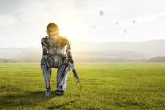 Mujer de plata del Cyborg que se sienta en una rodilla y sonrisa fotografía de archivo libre de regalías