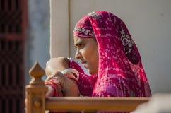Mujer de Rajasthani con la sari roja Fotografía de archivo