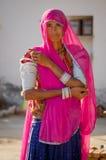 Mujer de Rajasthani con la sari y los ornamentos Imagen de archivo libre de regalías