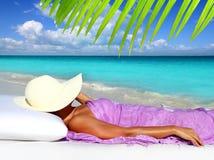 Mujer de reclinación turística del Caribe del sombrero de la playa Fotos de archivo libres de regalías