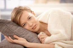 Mujer de reclinación Imagen de archivo