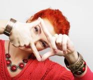 Mujer de Redhair que hace el marco con las manos fotografía de archivo