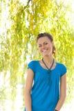 Mujer de risa cerca del sauce Imagen de archivo libre de regalías