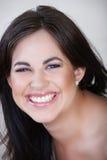 Mujer de risa con el pelo marrón Foto de archivo libre de regalías