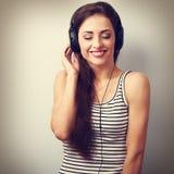 Mujer de risa de DJ en auriculares que escucha la música con cerrado Fotografía de archivo