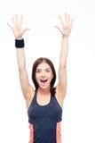 Mujer de risa de la aptitud que se coloca con las manos aumentadas para arriba Fotos de archivo libres de regalías