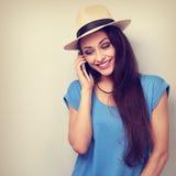 Mujer de risa de la diversión en el sombrero que habla en el teléfono móvil Closeu entonado Imagenes de archivo