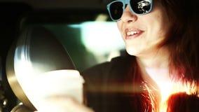 Mujer de risa de la sonrisa en gafas de sol en paseo de la alegría del coche metrajes