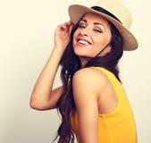 Mujer de risa del pelo largo hermoso en el top y el sombrero de paja l del amarillo Fotos de archivo