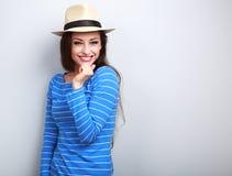 Mujer de risa del pelo largo hermoso en retrete del sombrero del top y de paja del azul Imagenes de archivo