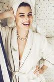 Mujer de risa en el traje y la toalla blancos en cuarto de baño Fotografía de archivo