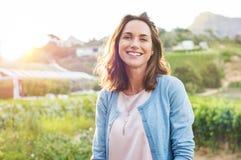 Mujer de risa en parque imágenes de archivo libres de regalías