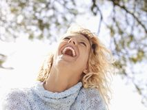 Mujer de risa feliz foto de archivo libre de regalías