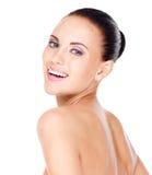 Mujer de risa hermosa con la piel fresca sana Fotografía de archivo