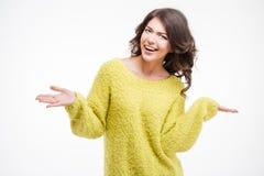 Mujer de risa que lleva a cabo el copyspace en las palmas Fotografía de archivo