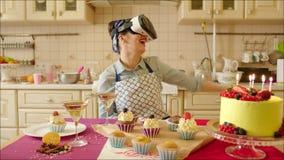 Mujer de risa que lleva los vidrios de la realidad virtual almacen de metraje de vídeo