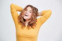 Mujer de risa que mira la cámara Fotos de archivo
