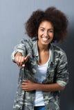 Mujer de risa que señala en la cámara Fotos de archivo libres de regalías